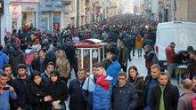 Havanın güzelliğini fırsat bilen vatandaşlar Taksim Meydanı'na akın etti