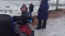 Donmuş göle düşen köpeği kurtardı