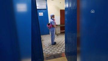 Ameliyatına katıldığı Nijerli hastanın bebeğini sırtında taşıdı