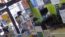 Kasiyer soyguncuyu markete kilitledi