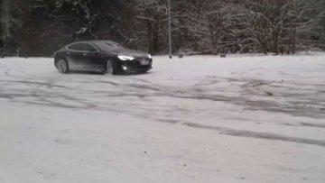 Tesla ile karda drıft yaptı