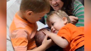 Yeni doğan kardeşlerini ilk defa gören çocuklar