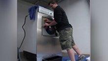 Çamaşır makinesine girip yıkandı