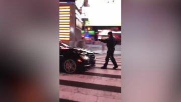 New York Times meydanında polise çarpıp kaçan kişi