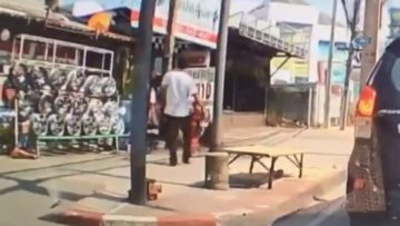 Tayland'da bir adam küçük çocuğa sebepsiz yere tekme attı