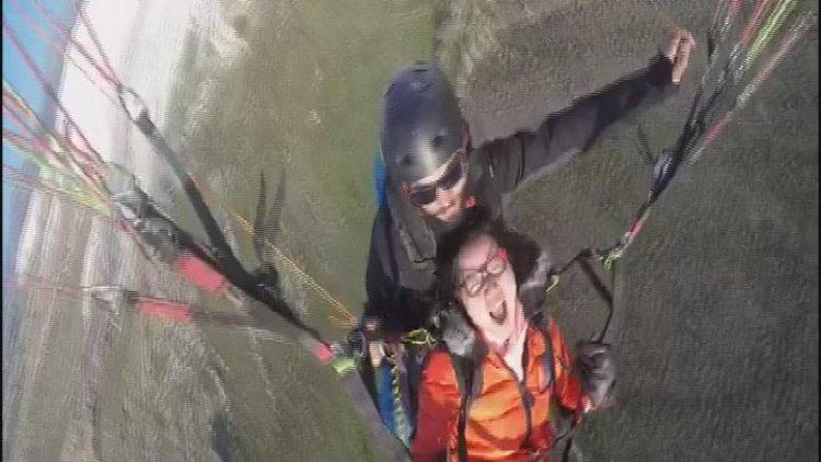 Denizli Yamaç paraşütü sırasında baygınlık geçiren Çinli turist kamerada