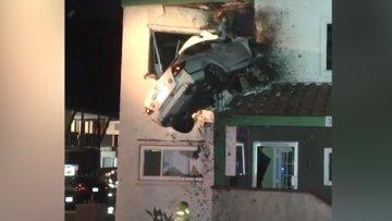 Kaliforniya'da, kontrolünü kaybetmesinin ardından 2. kattaki bir daireye giren aracın o anının videosu yayınlandı