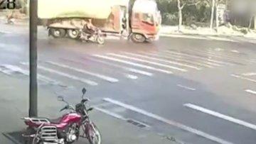Taş yüklü kamyonun altında kalmaktan son anda kurtuldu