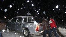 Karda mahsur kalan vatandaşlar donma tehlikesi geçirdi