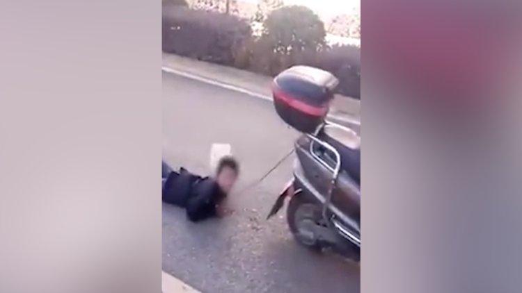 Yaramazlıklarından dolayı oğlunu ellerinden Scooter'a bağlayarak sürükleyen anne