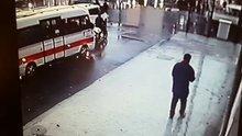 Müdürün aracına balta ile saldırdı