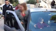 Çocuğunu otomobilde bırakıp kuaföre giden anneye vatandaşlardan tepki