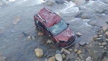 Rize'de feci kaza! Kontrolden çıkan araç dereye uçtu