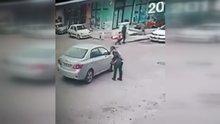 Otomobille takip ettiği kadına tacizde bulunup, yerde sürükledi