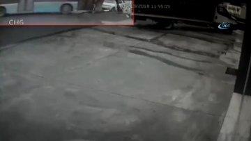 Kontrolden çıkan özel halk otobüsü otomobili böyle sürükledi
