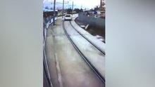 İki tramvayın arasında kalmaktan kıl payı kurtuldu