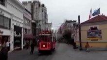 Taksim'de nostaljik tramvay kablolara takıldı, etrafa kıvılcımlar saçıldı