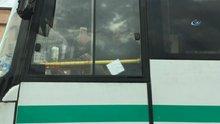 Kucağında çocuğu, elinde telefon ile otobüs kullandı