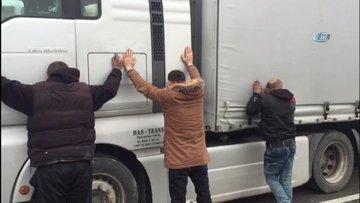 Tır arıza yapınca kaçak göçmenler yakayı ele verdi