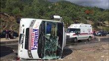 Antalya Kemer de yolcu midibüsü devrildi