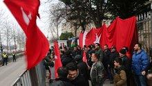 Vatandaşlardan Türkiye'nin Budapeşte Büyükelçiliği önünde nöbet