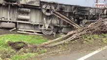 D-100'de feci kaza! TIR devrildi, tanker refüje çıktı