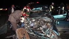 Manisa'da bir otomobil yol kenarındaki TIR'a çarptı! 3 ölü, 2 yaralı