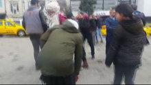 İranlı aileden fazla ücret istediğini iddia ettikleri taksiciye dayak