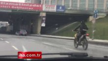 Motosiklet sürücüsünün trafikte tehlikeli şovu kamerada