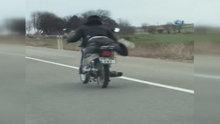 Motosiklet üzerinde tehlikeli yolculuk kamerada