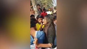 Yeni Delhi'de kendisini taciz eden adamı böyle yakalattı.