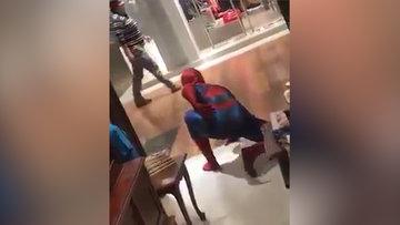 Örümcek adam kostümlü gençle karşılaşan çocuğun sevinci