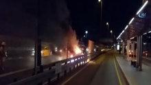 Metrobüs durağı önünde panik! Bir anda yanmaya başladı
