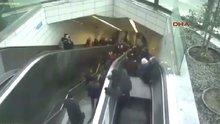 Metronun yürüyen merdivenin çökme anı kamerada