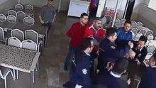 Veliyle öğretmen tartıştı, polis müdürü tartakladı! O anlar kamerada
