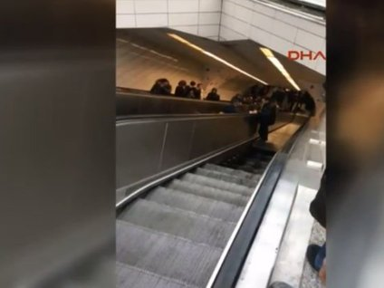 Metroda Yürüyen Merdivenin Çökme Anı Kamerada