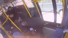 Halk otobüsü şoförü bir anda harekete geçti! O anlar kamerada