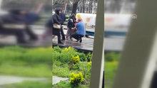 Montunu çıkarıp yağmur altında ıslanan yaşlı kadına verdi