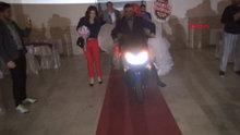 Motosikletle düğün salonuna girdiler