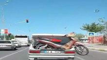 Bagajdaki motosikletle trafikte böyle ilerledi