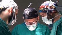 Göz kapağını kapatamayan hastalar altınla tedavi ediliyor