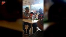 Restoran çalışanı engelli adamın yemeğini elleriyle yediriyor