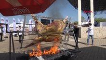 GASTRO Afyon Uluslararası Turizm ve Lezzet Festivali için hazırlanan 200 kiloluk dana çevirme, bir anda alev aldı.