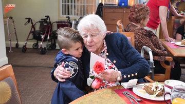 Huzur evlerindeki şiddete dikkat çekmek için yaşlılara çiçek veren sevimli ufaklık