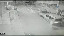 Sürücünün el frenini çekmeyi unuttuğu otomobil iki araca çarparak durdu