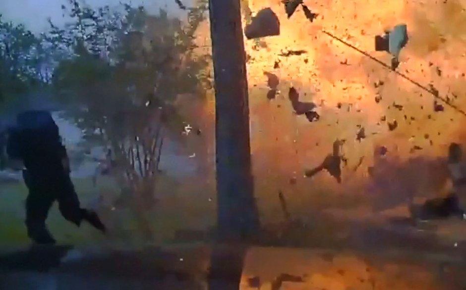 Otomobil eve girdi... Gaz hattı delinen ev böyle patladı