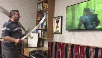 'Diriliş Ertuğrul' dizisini kılıç ve baltayla izlerken adeta kendilerinden geçtiler