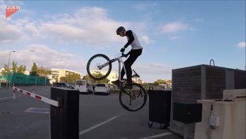 Serbest stil dağ bisikletçisinden sokakta muhteşem performans