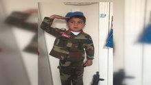 Asker elbiseli küçük çocuk sosyal medyanın ilgi odağı oldu