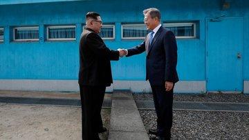 Kuzey ve Güney Kore liderlerinin tarihi el sıkışma anı